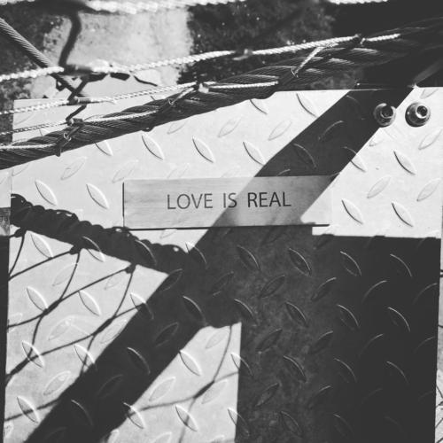LOVE IS REAL Treppe Sehenswürdigkeit Wahrzeichen Zeichen Schriftzeichen Schilder & Markierungen Hinweisschild Warnschild Gefühle Stimmung Liebe Verliebtheit