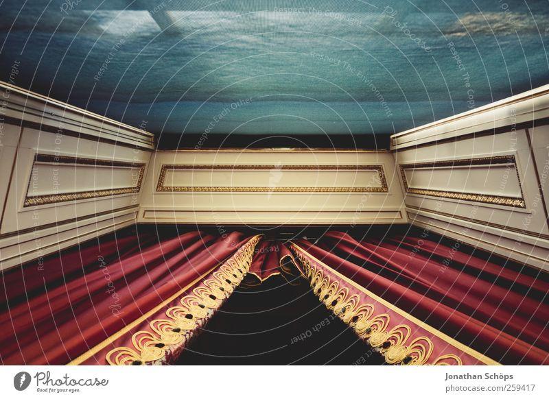 Fenster royal [gerade] blau rot Architektur Zufriedenheit gold elegant ästhetisch Perspektive Stoff Falte Mitte historisch Burg oder Schloss Reichtum Vorhang