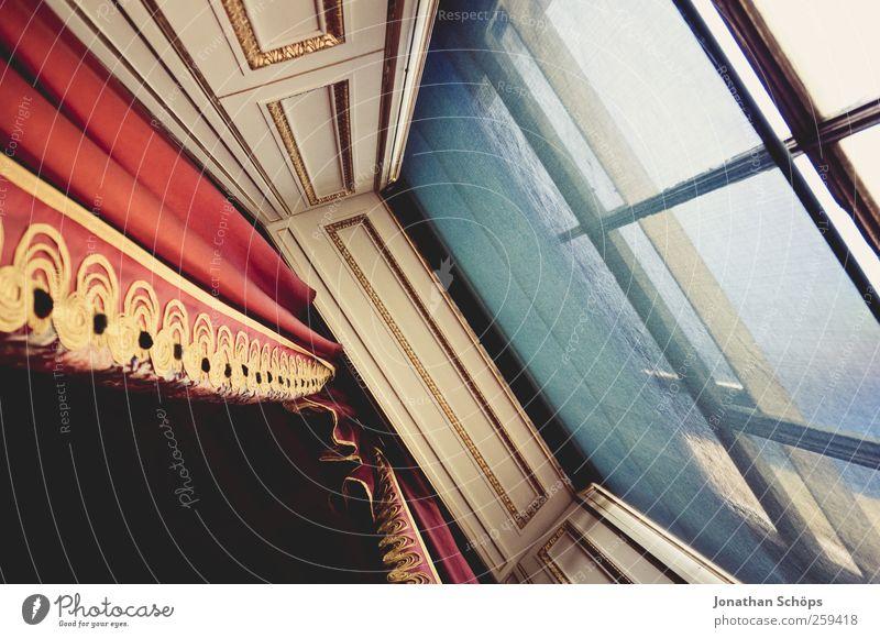 Fenster royal [schräg] blau rot Architektur Kunst gold elegant Perspektive Stoff Burg oder Schloss Theater Reichtum Vorhang Neigung edel schick