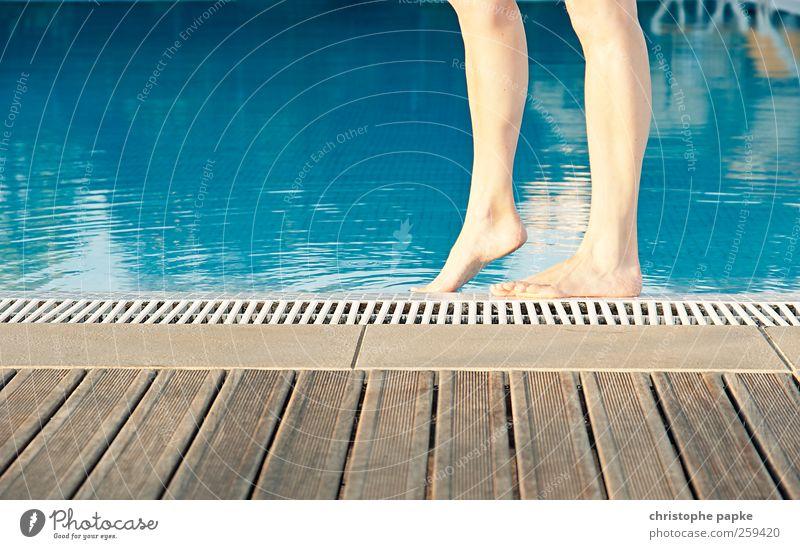 Barfuß am Pool Frau Ferien & Urlaub & Reisen Sommer Erholung feminin Wärme Beine Fuß Schwimmen & Baden Tourismus Versuch Sommerurlaub Frauenbein Unterschenkel