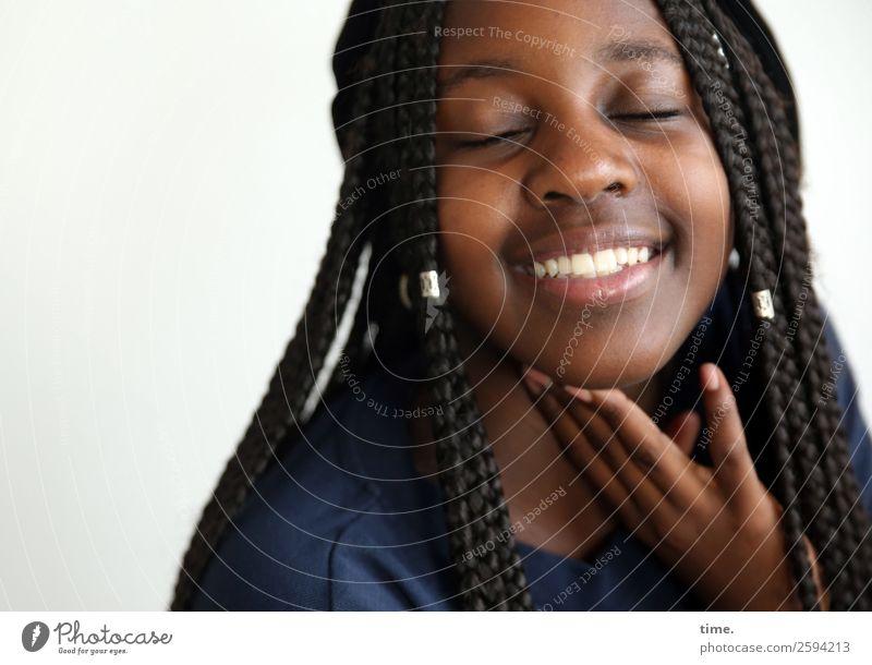 Emotion | Living for the Dreams feminin Mädchen 1 Mensch Pullover schwarzhaarig langhaarig Afro-Look festhalten genießen Lächeln lachen träumen schön Gefühle