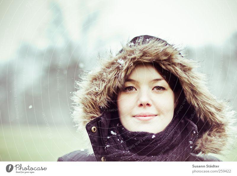. feminin Kopf Gesicht 1 Mensch 18-30 Jahre Jugendliche Erwachsene Winter Schnee Schneefall Lächeln Mut Tatkraft Erfolg Kontakt Leichtigkeit Stolz träumen