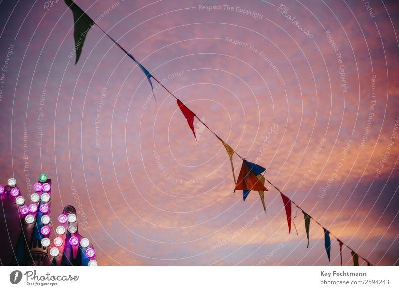 Wimpel und farbige Glühbirnen im Abendlicht Freizeit & Hobby Ferien & Urlaub & Reisen Ausflug Städtereise Sommer Sommerurlaub Entertainment Veranstaltung