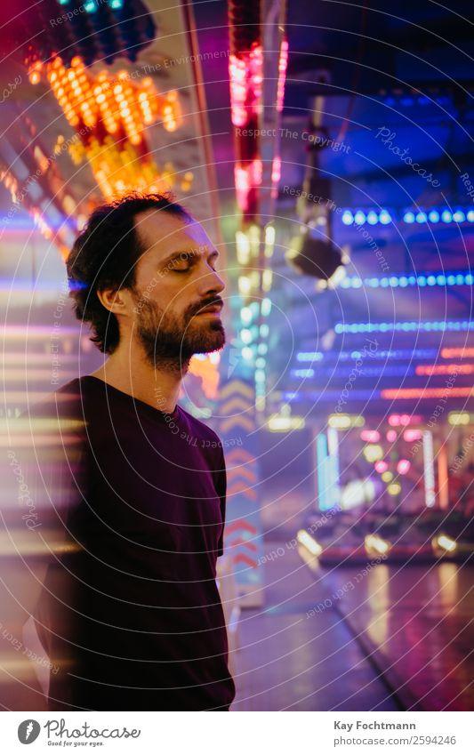 Mann mit geschlossenen Augen umgeben von künstlichem Licht Lifestyle Rauschmittel harmonisch Zufriedenheit Sinnesorgane Erholung Meditation
