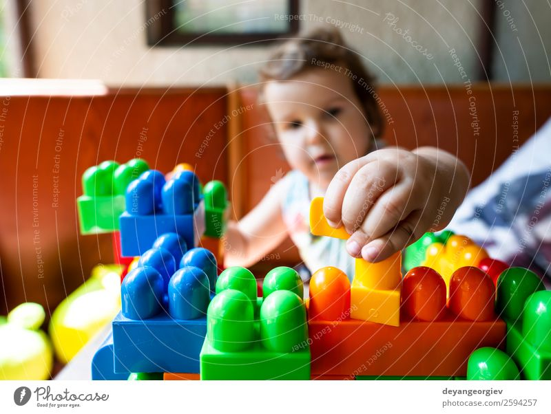 Kind spielt mit Würfeln Freude Freizeit & Hobby Spielen Kindergarten Schule Baby Kleinkind Kindheit Gebäude Spielzeug klein Kinderzimmer Blöcke Mädchen Bildung