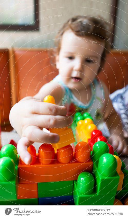 Kleines Mädchen spielt mit Spielzeugblöcken Freude Glück Freizeit & Hobby Spielen Kind Kindheit Hand Gebäude Kunststoff bauen sitzen klein Farbe Kreativität