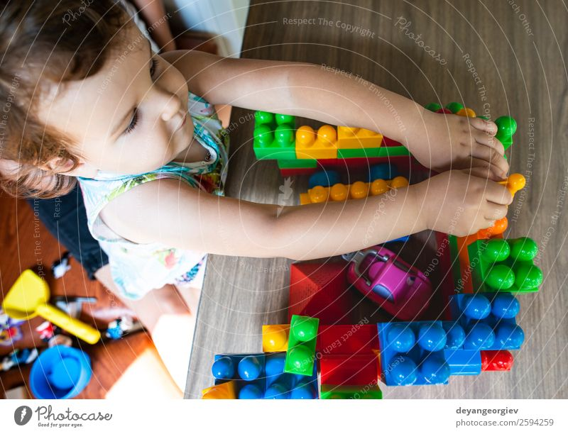 Kind Farbe Hand Freude Glück Gebäude klein Spielen Freizeit & Hobby Kindheit sitzen Aktion Kreativität Kunststoff Spielzeug heimwärts