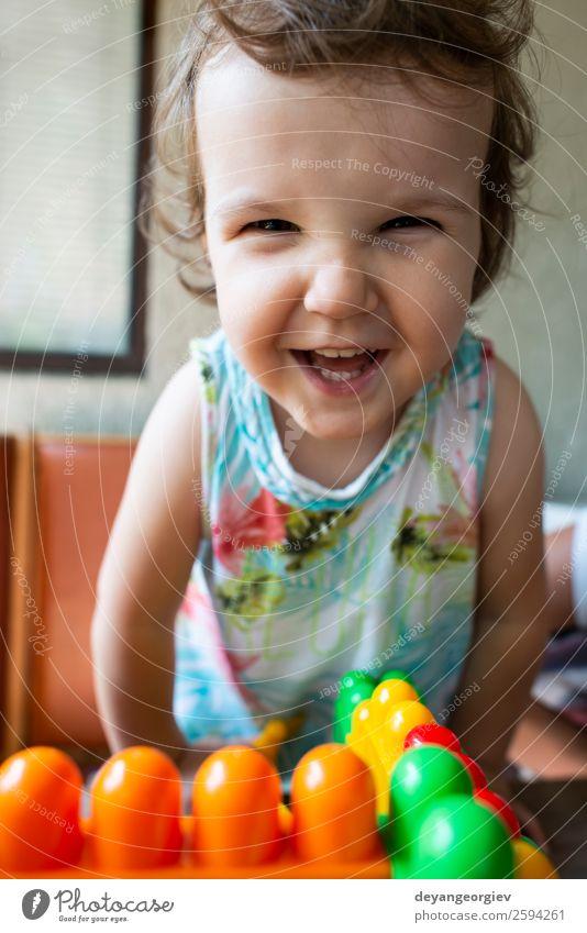 Lächelndes kleines Mädchen Freude Glück schön Gesicht Spielen Kind Mensch Baby Kindheit Fröhlichkeit niedlich weiß Behaarung Kinder jung Hintergrund heiter