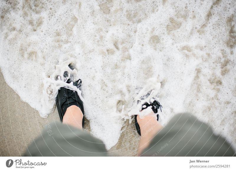 Füße im Meer Wellness Wohlgefühl Erholung Freizeit & Hobby Tourismus Ausflug Abenteuer Freiheit Sommerurlaub Strand Wellen wandern Ruhestand Mensch Beine Wasser