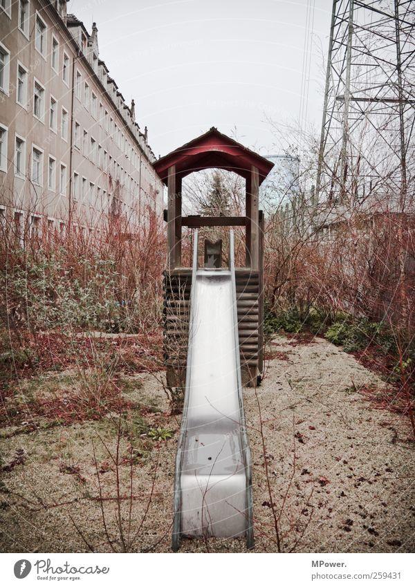 lost place Energiewirtschaft Stadt Stadtrand Haus Park Garten Fenster alt gruselig hässlich Einsamkeit Rutsche Hochspannungsleitung Mehrfamilienhaus Hinterhof