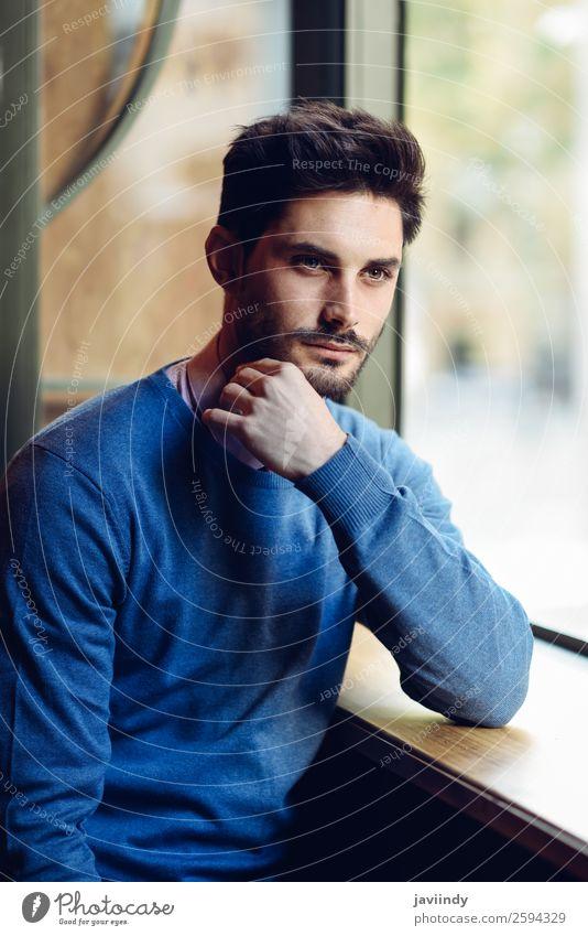 Nachdenklicher Mann mit blauem Pullover Lifestyle Stil schön Haare & Frisuren Mensch maskulin Junger Mann Jugendliche Erwachsene 1 18-30 Jahre Mode Vollbart