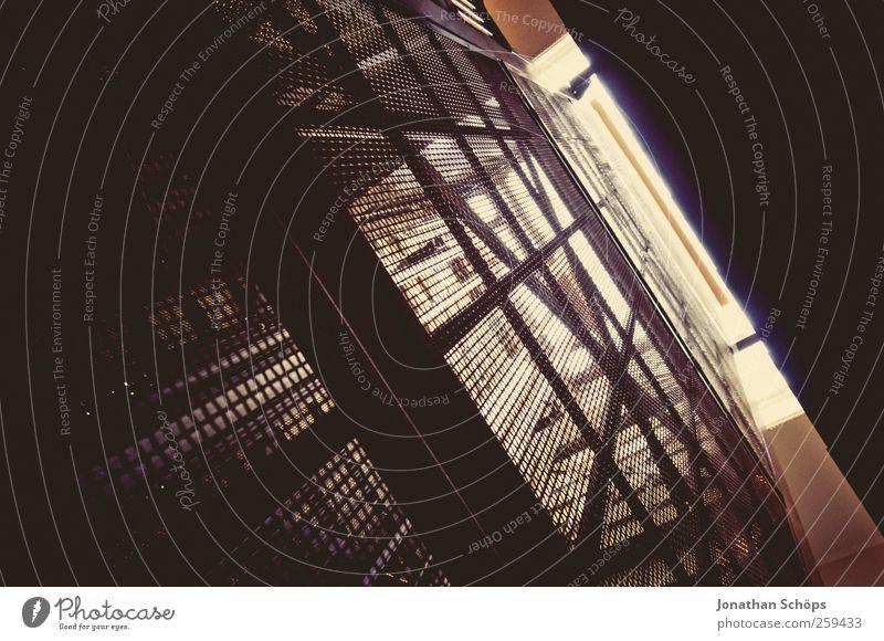 Fahrstuhlschacht alt Haus Architektur Metall Ordnung Perspektive Sicherheit fahren Industriefotografie historisch eng Gitter Neigung Eisen Nostalgie Platzangst