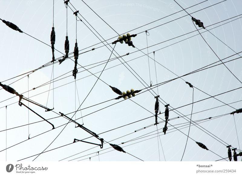 hochspannend Himmel blau schwarz oben Kraft hoch Verkehr gefährlich Elektrizität Netzwerk Kabel bedrohlich Schönes Wetter Verbindung Zusammenhalt hängen