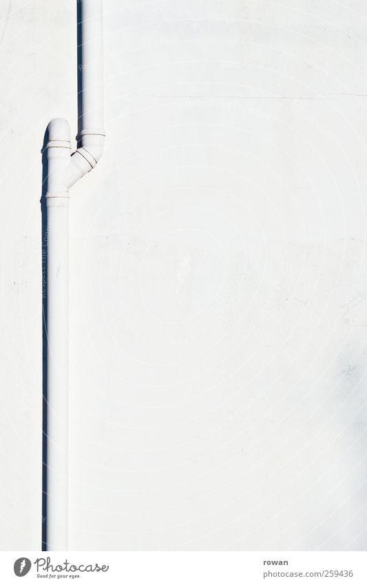 abfluss Wasser weiß Wand Architektur Mauer Gebäude Fassade nass Bauwerk Regenwasser Eisenrohr graphisch Abfluss Abwasser Abzweigung Fallrohr