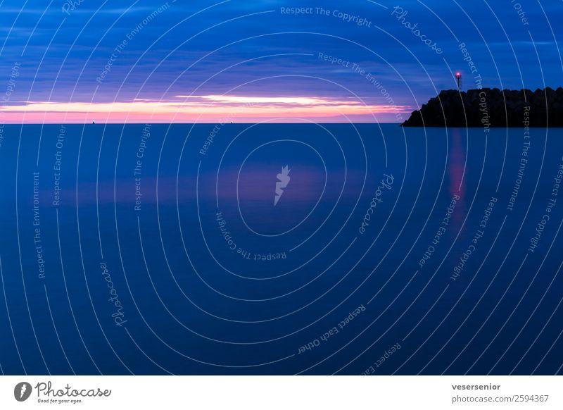 Leuchtturm, Normandie Meer Unendlichkeit kalt maritim blau Stimmung Kraft Verschwiegenheit Weisheit Hoffnung Glaube demütig Heimweh Fernweh Abenteuer Beginn