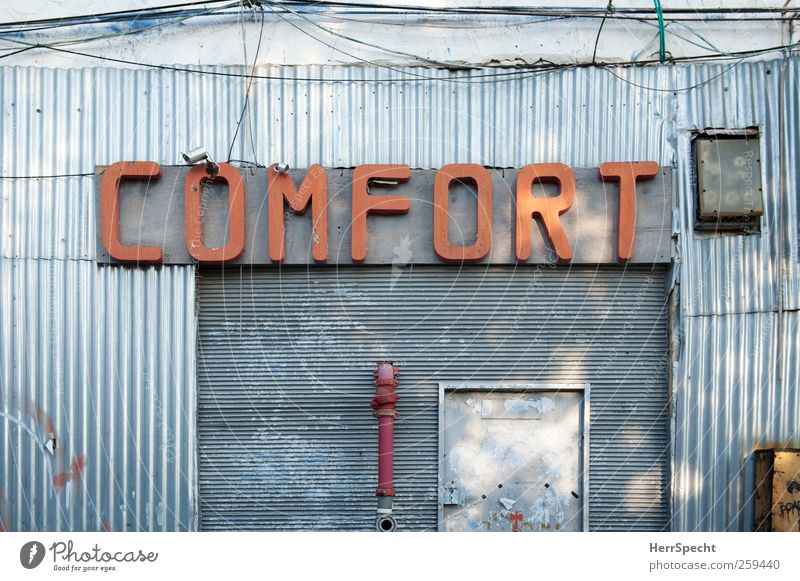 Comfort Stadt rot Gebäude Metall Fassade trist Schilder & Markierungen Schriftzeichen trashig silber bequem Israel Widerspruch Gewerbebau Gewerbegebiet