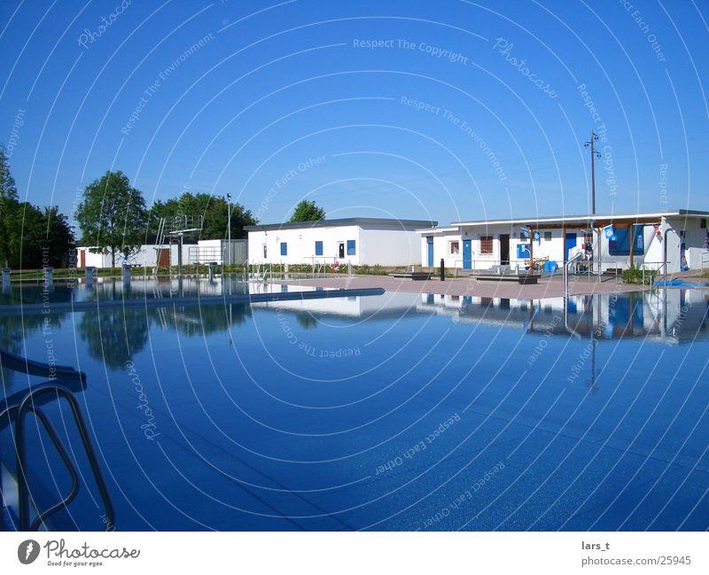Leeres Freibad Weitwinkel Freizeit & Hobby gutes Wetter Blauer Himmel ruhiges Wasser keine Besucher