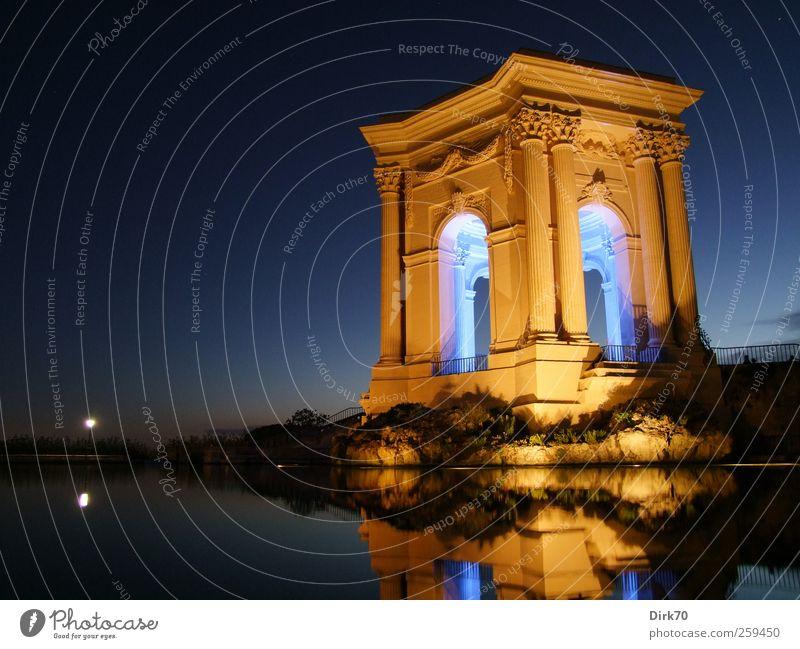 Wasserversorgung mit Stil, bei Nacht blau weiß schwarz gelb Architektur Park Kunst Trinkwasser ästhetisch Turm Romantik Kultur Bauwerk historisch Frankreich