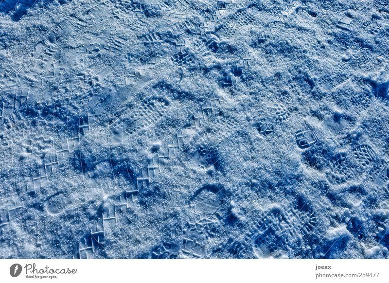 Voll-Mond blau Winter kalt Schnee hell Spuren Reifenprofil Abdruck Schneespur