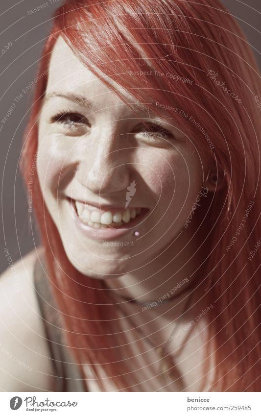 red Frau Mensch rothaarig Lächeln lachen Porträt Nahaufnahme Werkstatt Studioaufnahme Blick in die Kamera Piercing Europäer schön süß niedlich