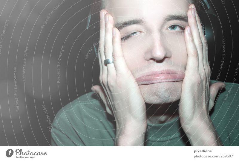 Gesichtsakrobatik Headset maskulin Mann Erwachsene Lippen 18-30 Jahre Jugendliche Musik hören T-Shirt Dreitagebart Denken Feste & Feiern frech verrückt Wut