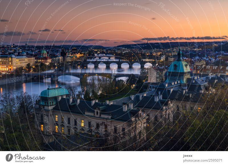 Blick auf Prager Altstadt mit vielen Brücken über die Moldau nach Sonnenuntergang Tschechien Kunstlicht Karlsbrücke Sehenswürdigkeit Hauptstadt