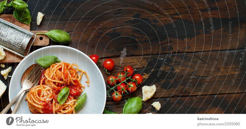 Spaghetti-Nudeln mit Tomatensauce, Basilikum und Käse Gemüse Kräuter & Gewürze Ernährung Mittagessen Abendessen Vegetarische Ernährung Teller Gabel Löffel
