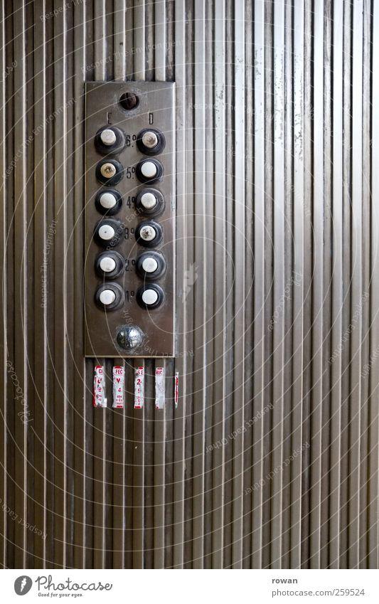 klingeln alt Stadt Haus Wand grau Mauer Metall Tür dreckig Häusliches Leben trist rund retro Eingang Stadtzentrum Schalter
