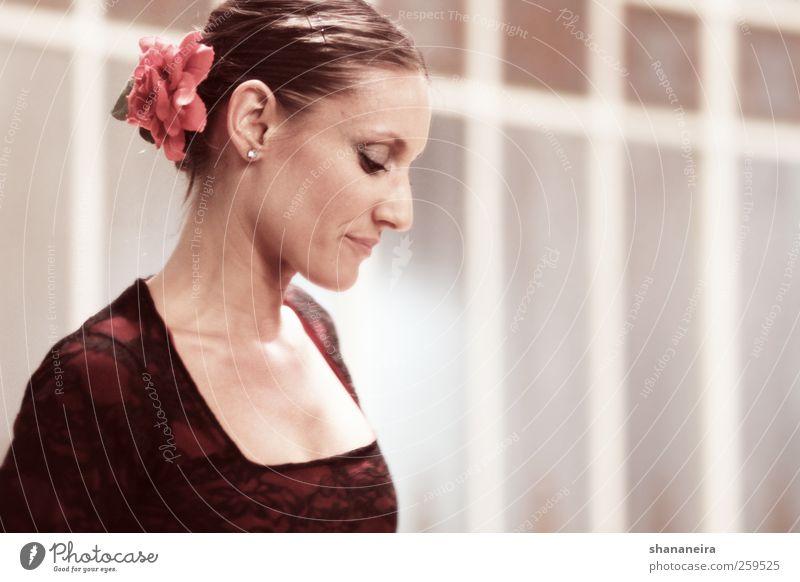 Flamenca schön feminin Gefühle träumen Tanzen elegant ästhetisch Show Junge Frau brünett Spanien Tänzer Schüchternheit Accessoire Frauengesicht Madrid
