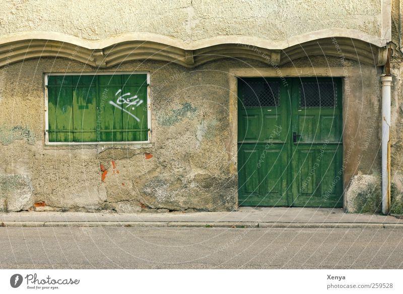 64! Altstadt Menschenleer Haus Mauer Wand Fassade Stein Holz Graffiti alt kaputt trist grün Vergänglichkeit schäbig geschlossen abweisend Außenaufnahme