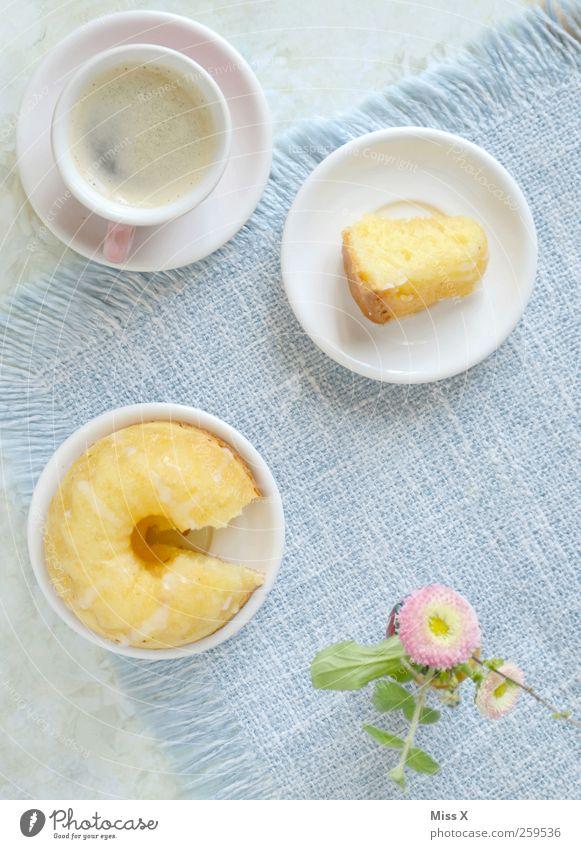 Gedeckt Lebensmittel Teigwaren Backwaren Kuchen Dessert Ernährung Kaffeetrinken Getränk Heißgetränk Geschirr Teller Tasse Muttertag Blume Blüte klein lecker süß