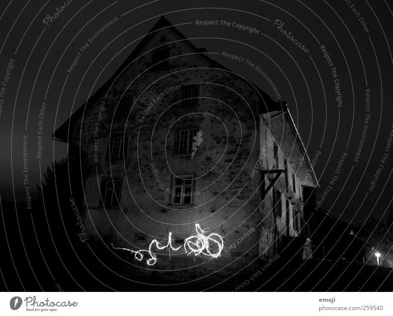 grosses Koffein-Glühwürmchen Haus Einfamilienhaus Hütte Mauer Wand Fassade Fenster außergewöhnlich dunkel Langzeitbelichtung Nachtaufnahme malen Licht