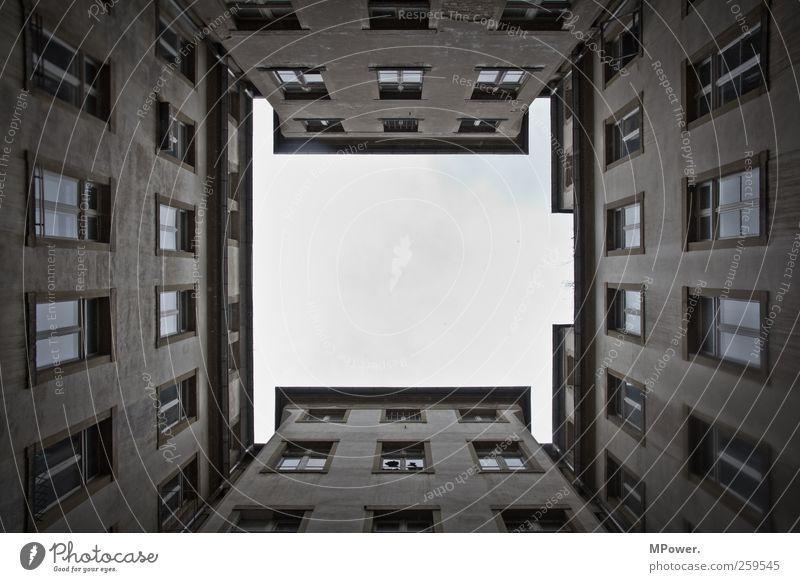auf gute nachbarschaft Wolkenloser Himmel Gebäude Architektur Fassade Fenster groß hoch Perspektive Symmetrie Hinterhof himmelwärts Dresden Farbfoto