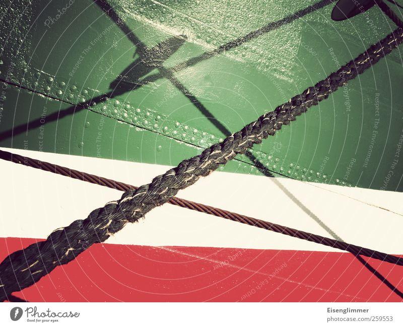 Schattenspiel Segelschiff Netzwerk Symmetrie Seil Wasserfahrzeug Niete rot grün weiß Rickmer Rickmers Farbfoto Detailaufnahme Experiment Menschenleer