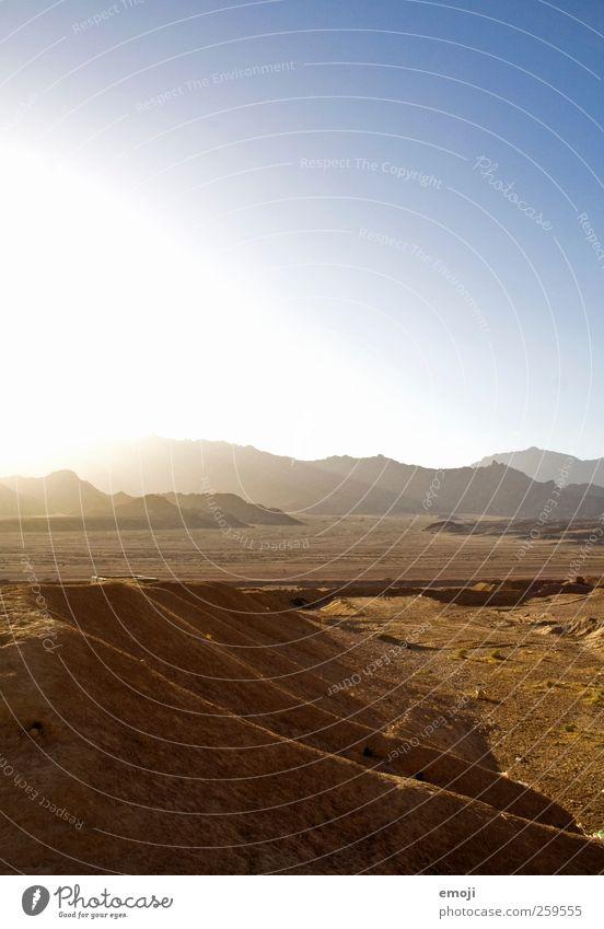 gleissend Landschaft Sonne Sommer Klima Schönes Wetter Dürre Hügel Felsen Wüste trocken blau Farbfoto Außenaufnahme Menschenleer Textfreiraum oben