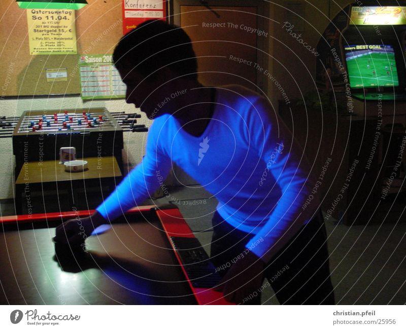 Black Player schwarz Spielen Darts Spielhalle dunkel Licht Mann schwarzlich blau Abend Beleuchtung abgedunkelt