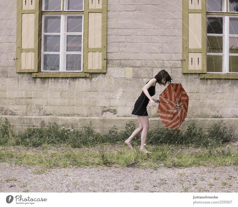 Der Wind, der Wind, das himmlische Kind Mensch Frau Jugendliche Sommer Haus Erwachsene Fenster feminin Herbst Wand Bewegung Mauer Regen Wetter gehen