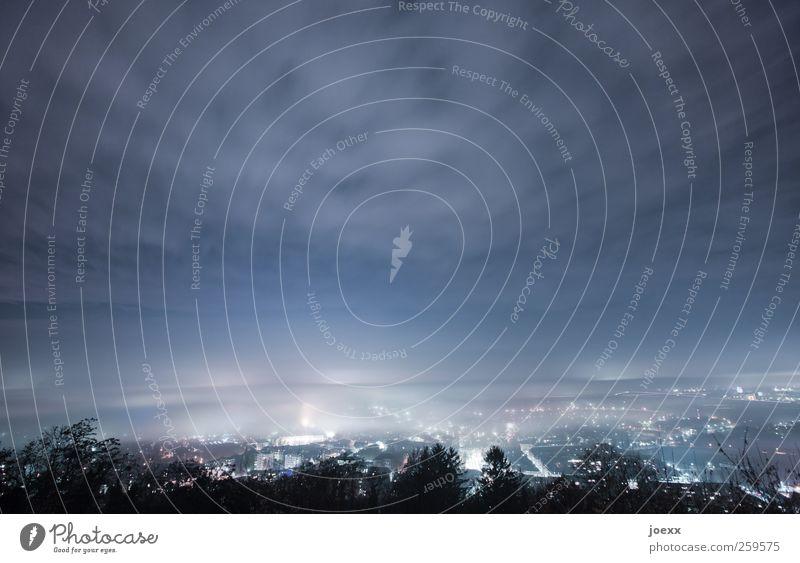 Über den Dächern blau weiß Stadt Wolken schwarz Ferne Herbst kalt Umwelt hell Horizont Nebel Energie Unendlichkeit Skyline Nachthimmel