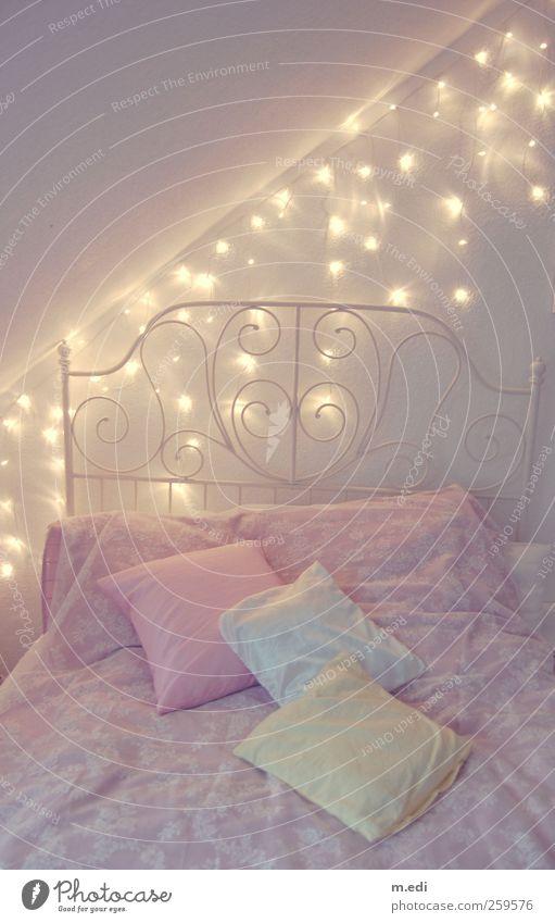 fairytale bedroom II Innenarchitektur rosa Bett Kitsch Bettwäsche Möbel trendy Kissen Lichterkette