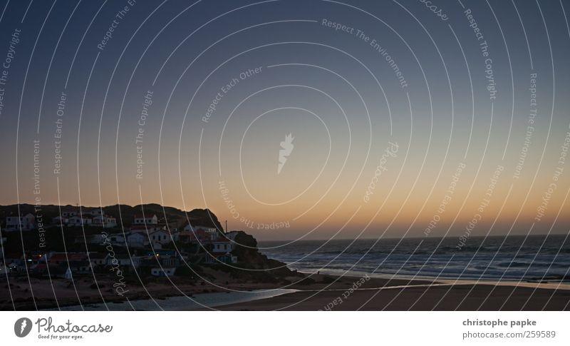 An den Berg geschmiegt Himmel Ferien & Urlaub & Reisen Sommer Meer Strand Küste Wellen Dorf Bucht Sommerurlaub Portugal Wolkenloser Himmel Fischerdorf
