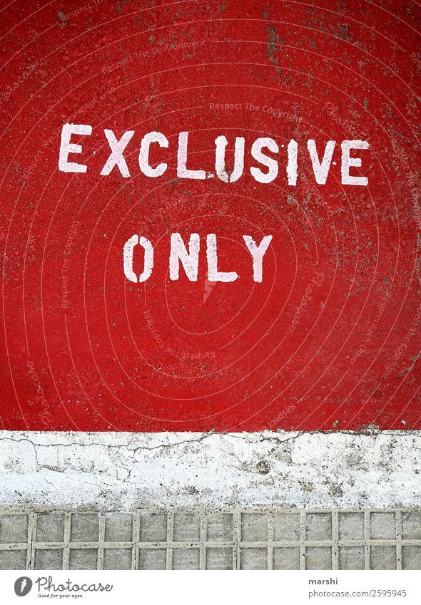 EXCLUSIVE ONLY Zeichen Ziffern & Zahlen Hinweisschild Warnschild Graffiti Gefühle Wahrheit Straße rot Exklusivität Englisch Straßenkunst Farbfoto Außenaufnahme