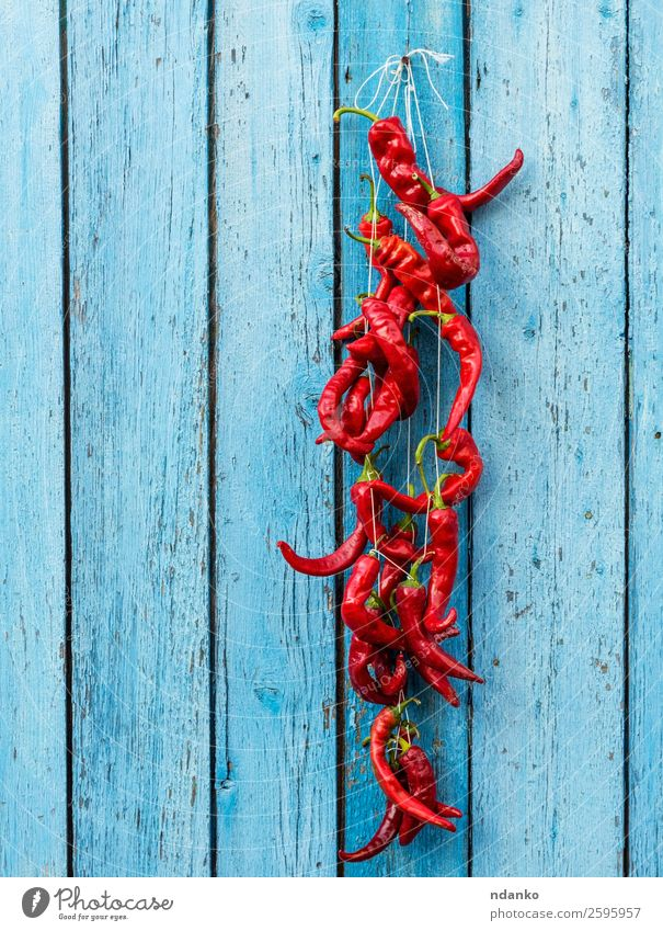 rote rohe, reife, scharfe Chilischoten Gemüse Kräuter & Gewürze Seil Holz Essen frisch heiß natürlich blau Farbe Peperoni Paprika erhängen Lebensmittel Zutaten