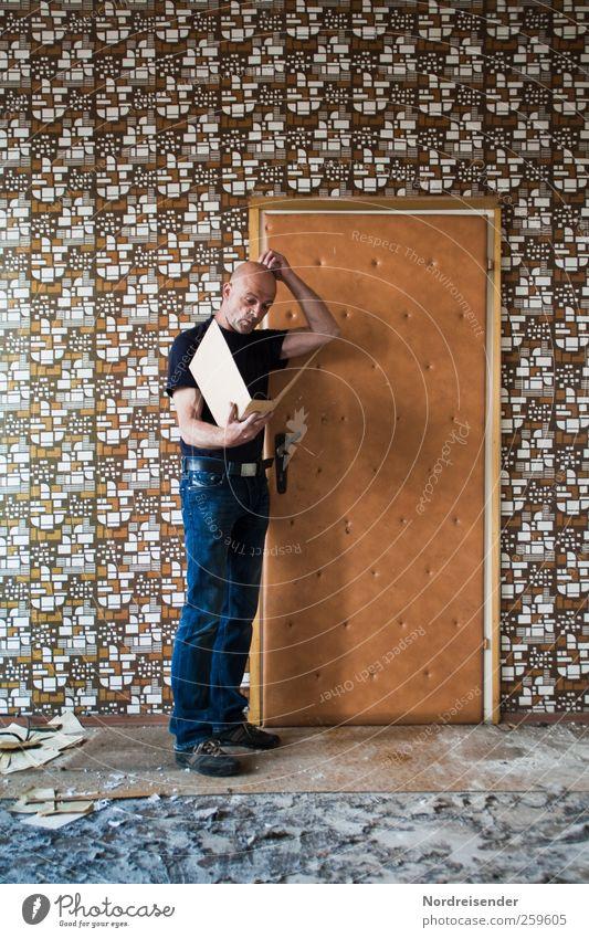 Mann mit seiner Personalakte vor einer Tür Lifestyle Stil Design Innenarchitektur Tapete Prüfung & Examen Arbeit & Erwerbstätigkeit Büroarbeit Karriere Sitzung