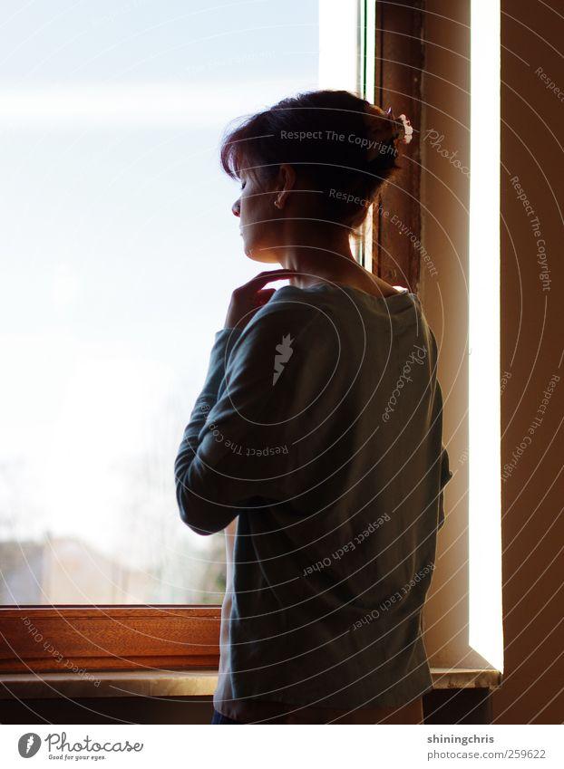 let's just imitate the real.. Fenster feminin Frau Erwachsene 1 Mensch 18-30 Jahre Jugendliche beobachten stehen dünn Wärme ruhig stagnierend Stimmung Denken
