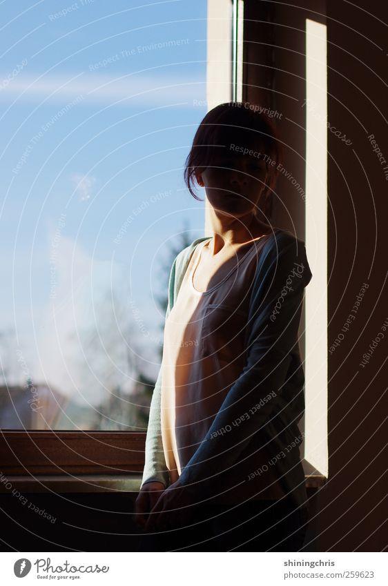 haven't seen you since this morning.. Fenster feminin Frau Erwachsene 1 Mensch 18-30 Jahre Jugendliche stehen Wärme ruhig nachdenklich unentschlossen