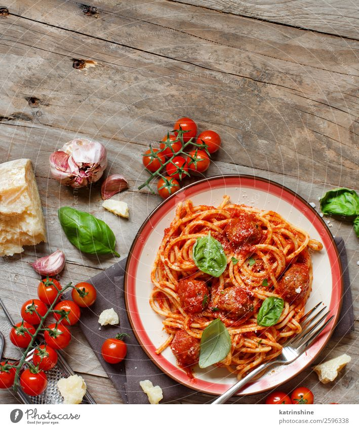 Nudeln mit Tomatensauce und Fleischbällchen Käse Kräuter & Gewürze Mittagessen Abendessen Teller Schalen & Schüsseln Gabel Tisch dunkel frisch grün rot schwarz