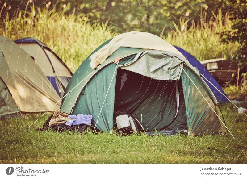 Zelt auf Campingplatz im Grünen Umwelt Natur Landschaft Schönes Wetter Gras Wiese grün Stimmung Freude Zufriedenheit Lebensfreude Abenteuer Sommer Sommerurlaub