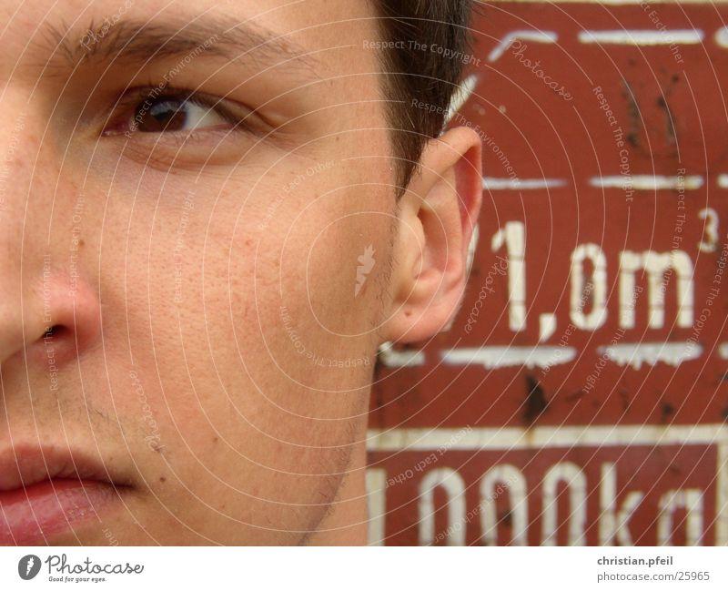 Close up am Güterbahnhof Mann alt weiß rot Gesicht Auge braun maskulin Schriftzeichen Technik & Technologie Mund Nase Eisenbahn historisch nah Lippen