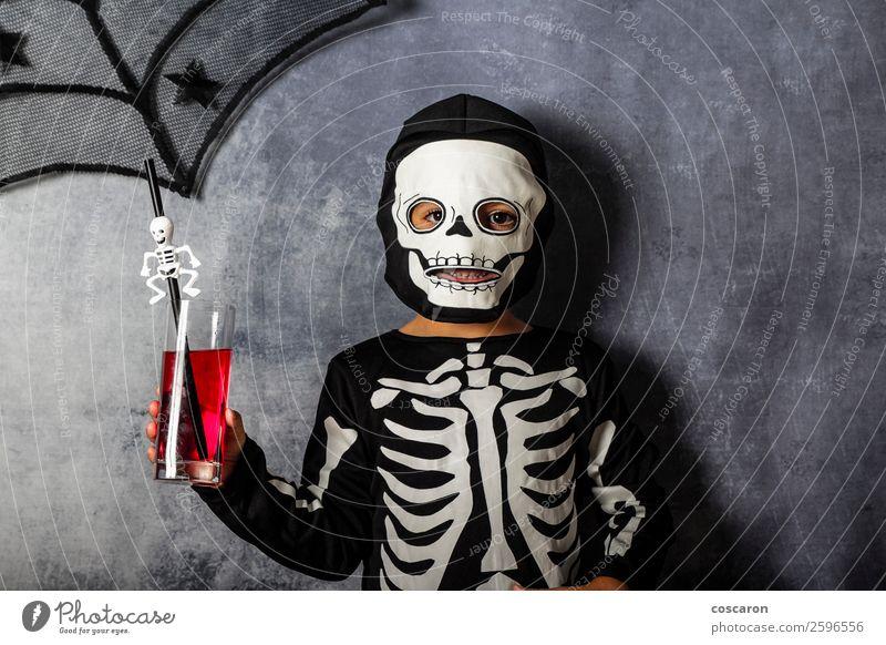 Kleines Kind im Skelettkostüm an Halloween Saft Lifestyle Freude Glück schön Gesicht Schminke Freizeit & Hobby Entertainment Party Feste & Feiern Karneval
