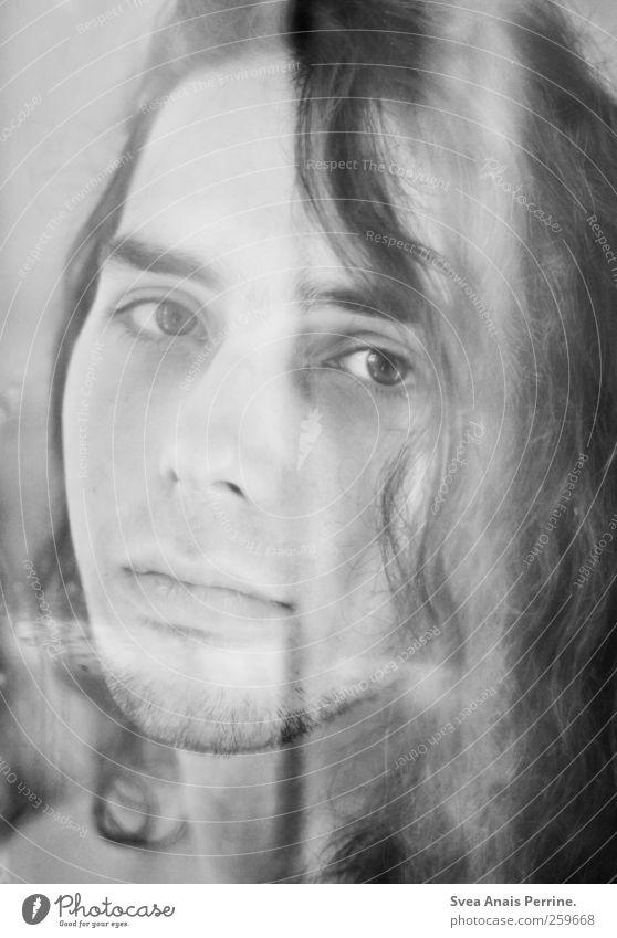 zweihundert. maskulin 1 Mensch 18-30 Jahre Jugendliche Erwachsene Haare & Frisuren schwarzhaarig langhaarig Locken Traurigkeit Schwarzweißfoto Innenaufnahme